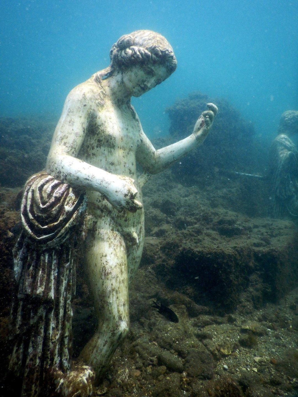 Statua nel sito archeologico di Baia Sommersa a Bacoli nel Golfo di Napoli